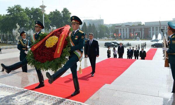 На площади президент Кыргызстана возложил венок к памятнику Исмоила Сомони. - Sputnik Таджикистан