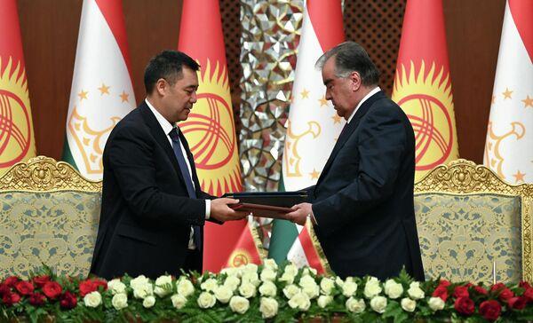 По итогам беседы Рахмон и Жапаров подписали ряд важных соглашений. - Sputnik Таджикистан