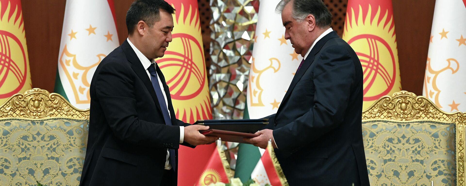 Президент Таджикистан Эмомали Рахмон и президент Кыргызстана Садыр Жапаров подписали ряд документов - Sputnik Таджикистан, 1920, 29.06.2021