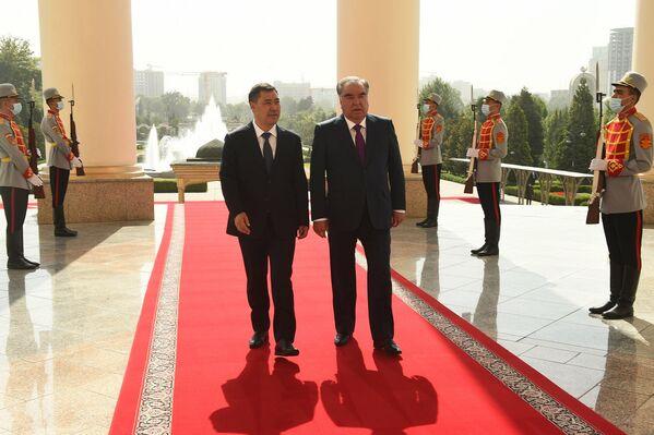 По итогам переговоров Жапаров пригласил Рахмона посетить Кыргызстан с официальным визитом.  - Sputnik Таджикистан