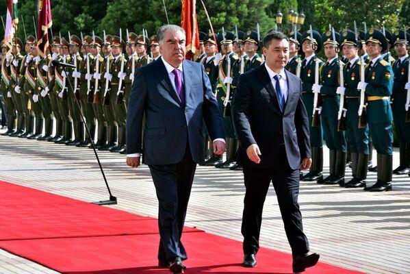 Рахмон лично встретил кортеж Жапарова у Дворца Нации. - Sputnik Таджикистан