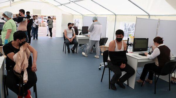 Вакцинация мигрантов от COVID-19 на территории ТЦ Садовод - Sputnik Таджикистан