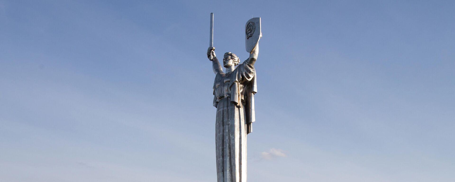 Монумент Родина-мать на территории мемориального комплекса Национальный музей истории Украины во Второй мировой войне в Киеве - Sputnik Таджикистан, 1920, 03.07.2021