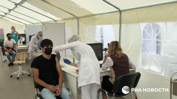 Как проходит вакцинация трудовых мигрантов в Москве - Sputnik Тоҷикистон