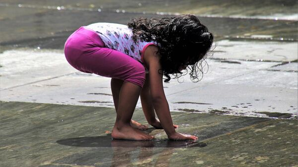 Маленькая девочка играет на улице, архивное фото - Sputnik Тоҷикистон