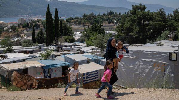 Афганская женщина с тремя детьми  - Sputnik Тоҷикистон