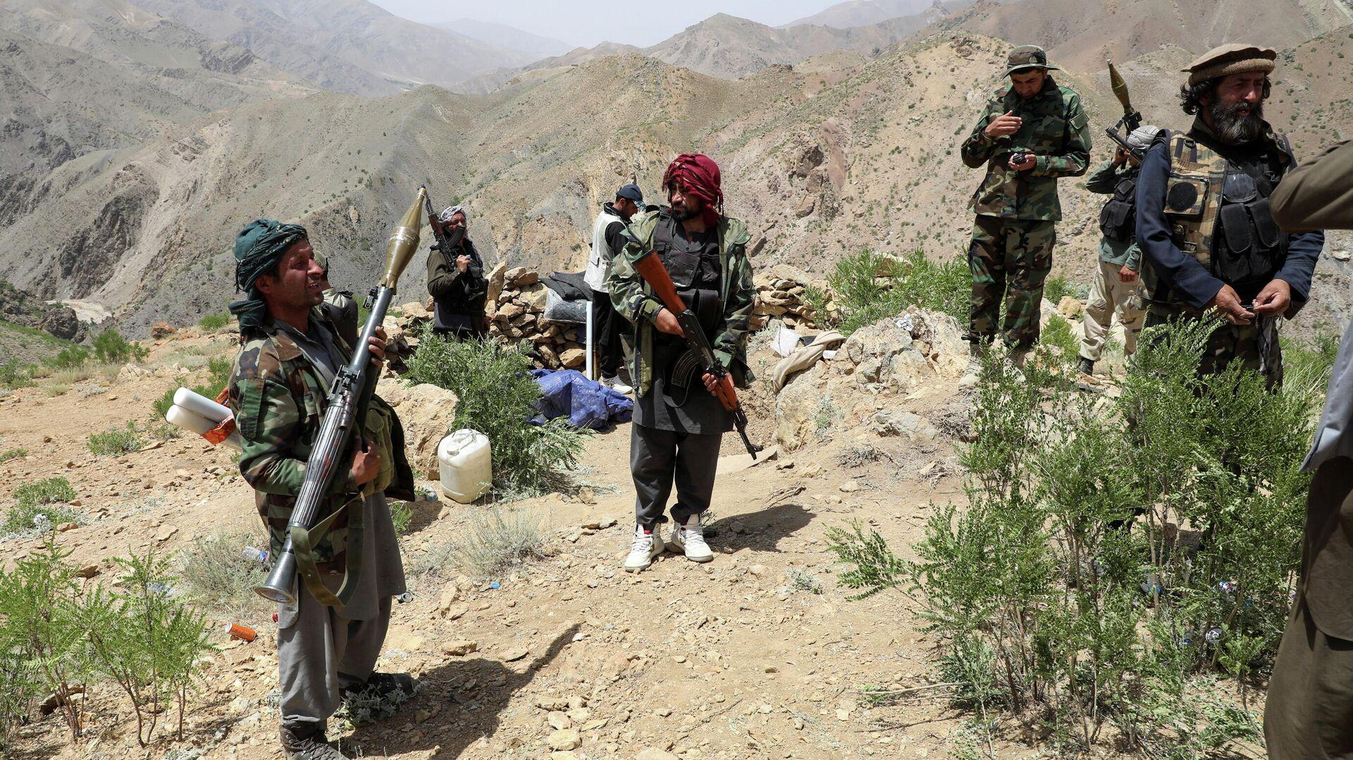 Вооруженные люди, выступающие против восстания талибов - Sputnik Таджикистан, 1920, 16.07.2021