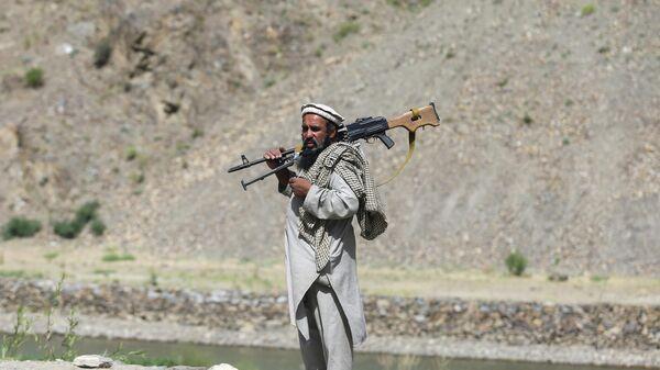 Вооруженный человек, выступающий против восстания талибов - Sputnik Тоҷикистон