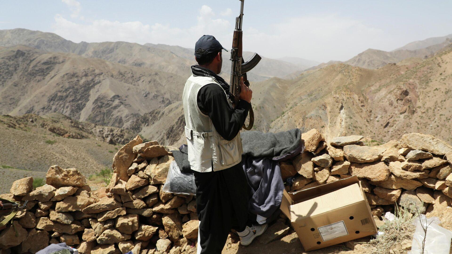 Вооруженный человек, выступающий против восстания талибов - Sputnik Таджикистан, 1920, 26.07.2021