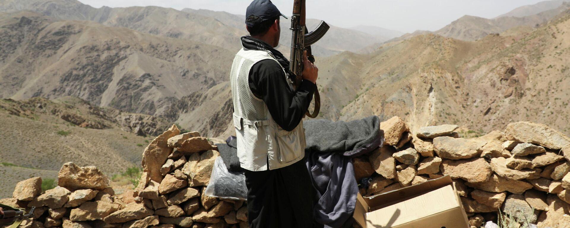 Вооруженный человек, выступающий против восстания талибов - Sputnik Таджикистан, 1920, 09.07.2021