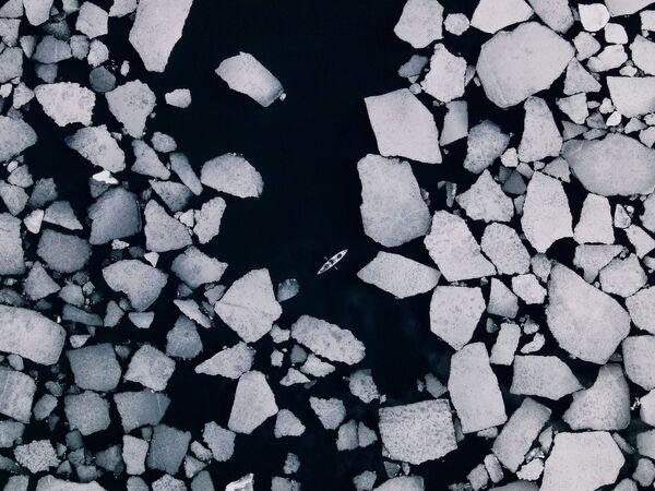 Межсезонье на Байкале - эффектное и необычное время. Это озеро - крупнейший в мире природный резервуар пресной воды.С января по май Байкал покрыт прозрачным, как стекло, льдом - самым красивым на планете. - Sputnik Таджикистан