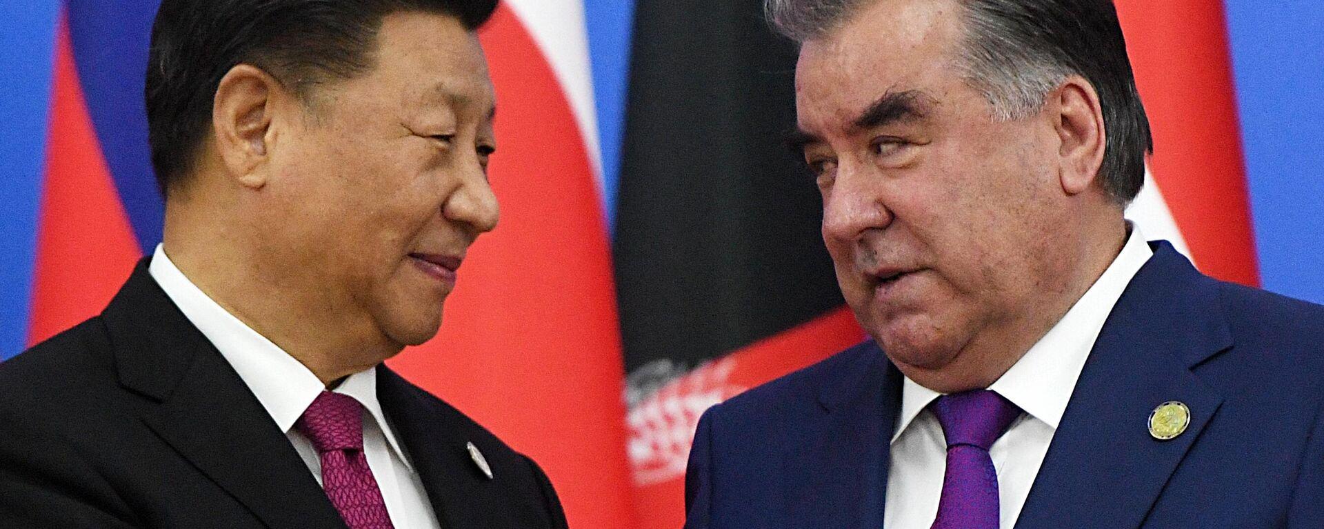 Президент Таджикистана Эмомали Рахмон (справа) и председатель КНР Си Цзиньпин  - Sputnik Тоҷикистон, 1920, 07.09.2021