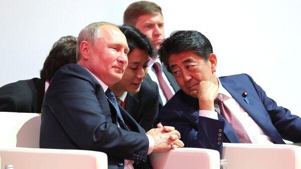 Бывший премьер-министр Японии Синдзо Абэ и президент России Владимир Путин - Sputnik Таджикистан