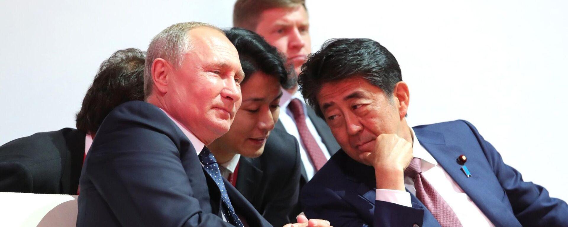 Бывший премьер-министр Японии Синдзо Абэ и президент России Владимир Путин - Sputnik Таджикистан, 1920, 08.07.2021