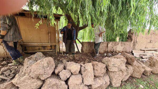 Уже в тот же день местные жители начали восстанавливать поврежденные дома и участки. - Sputnik Таджикистан