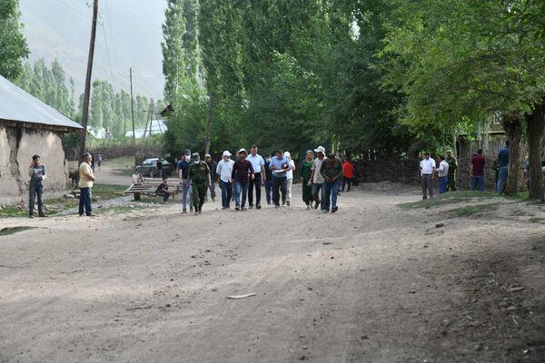 К середине дня в село Лангари Шох начали прибывать представители властей. - Sputnik Таджикистан