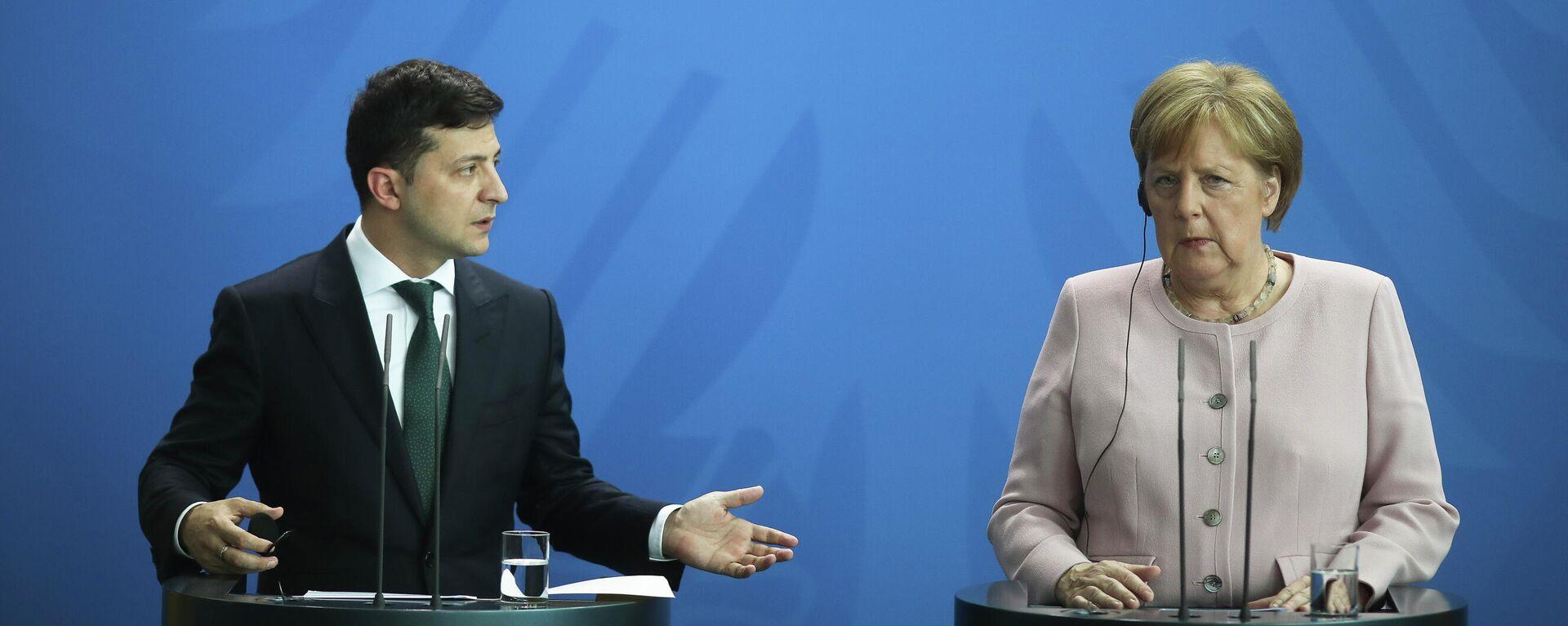 Канцлер Германии Ангела Меркель (справа) и президент Украины Владимир Зеленский (слева)  - Sputnik Таджикистан, 1920, 13.07.2021