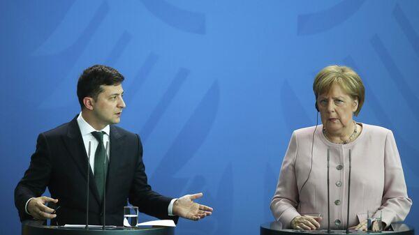 Канцлер Германии Ангела Меркель (справа) и президент Украины Владимир Зеленский (слева)  - Sputnik Таджикистан