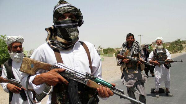 Мужчины с оружием в руках в Афганистане - Sputnik Таджикистан