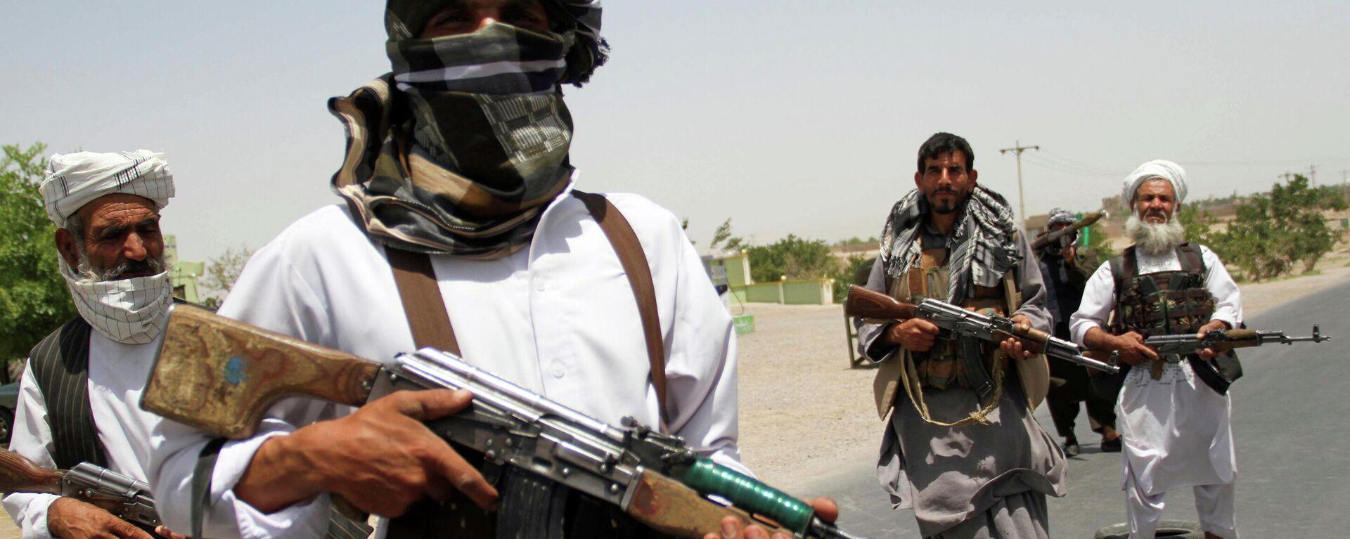 Мужчины с оружием в руках в Афганистане - Sputnik Таджикистан, 1920, 21.07.2021