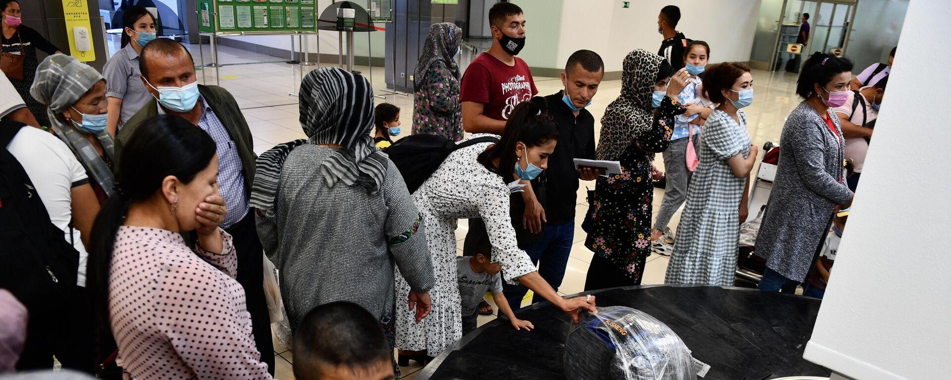 Пассажиры забирают багаж с транспортировочной ленты в аэропорту  - Sputnik Тоҷикистон, 1920, 28.09.2021