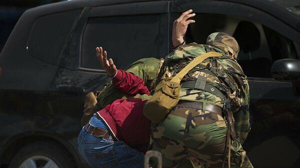 Сотрудник силовых структур во время задержания. Архивное фото - Sputnik Тоҷикистон