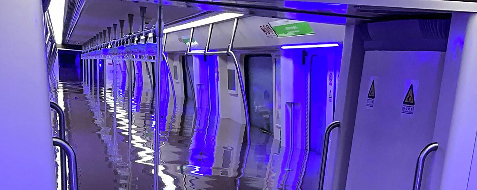 Затонувший вагон метро в Чжэнчжоу в провинции Хэнань в Китае - Sputnik Тоҷикистон, 1920, 21.07.2021