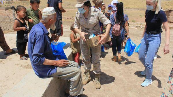 Гуманитарная акция Женсовета 201-й РВБ в поселке Исамбай - Sputnik Таджикистан