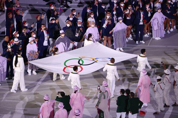 Спортсмены выносят олимпийский флаг перед церемонией открытия. - Sputnik Таджикистан