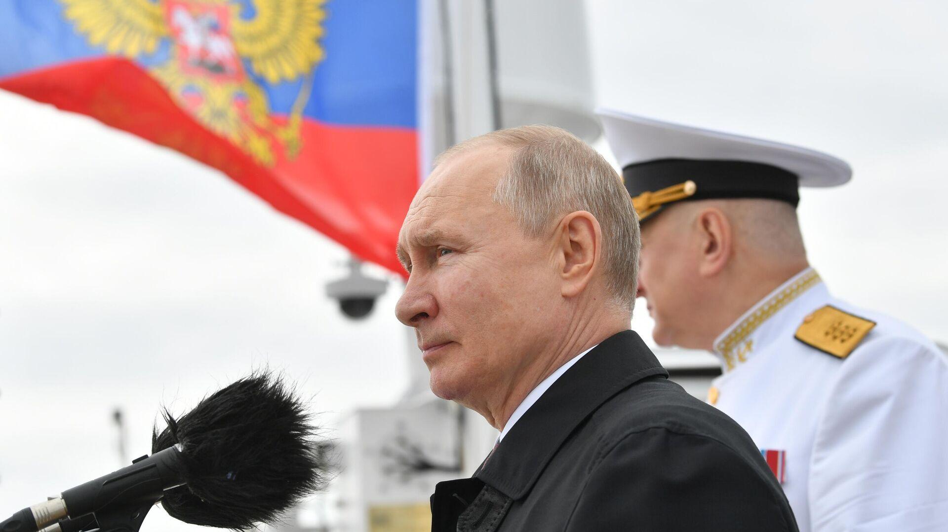 Президент РФ В. Путин принял участие в Главном военно-морском параде - Sputnik Таджикистан, 1920, 25.07.2021
