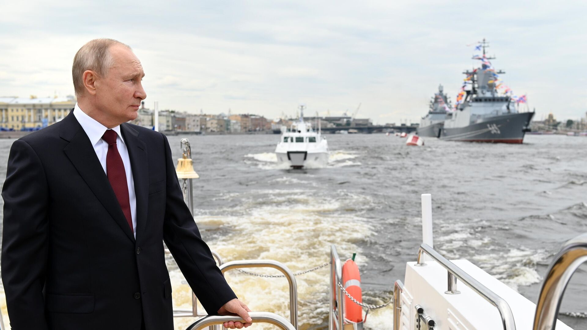 Президент РФ В. Путин принял участие в Главном военно-морском параде - Sputnik Таджикистан, 1920, 27.07.2021