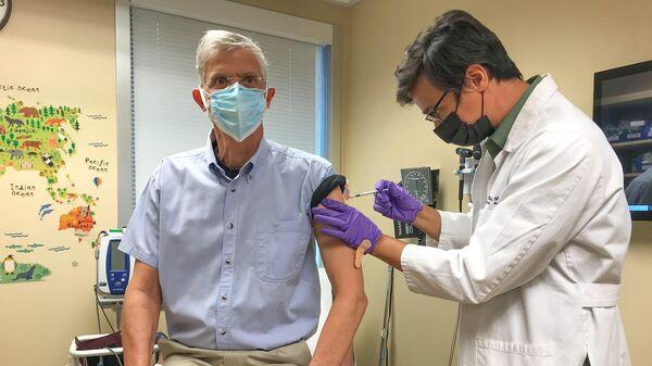 Посол США в Таджикистане Джон Марк Поммершайм делает прививку от коронавируса - Sputnik Таджикистан