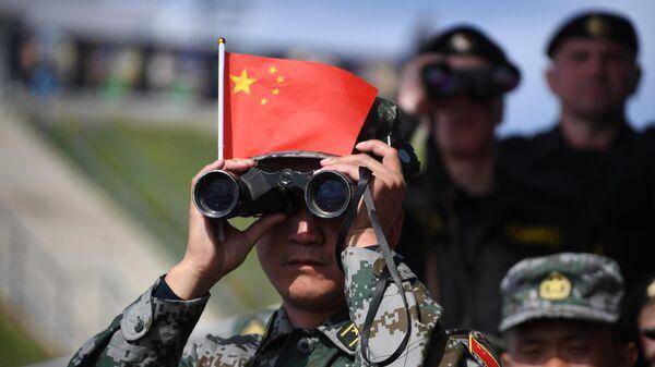 Военнослужащий армии Китая наблюдает в бинокль за соревнованиями  - Sputnik Таджикистан