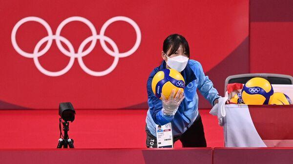 Олимпиада-2020. Волонтер подает мяч - Sputnik Таджикистан