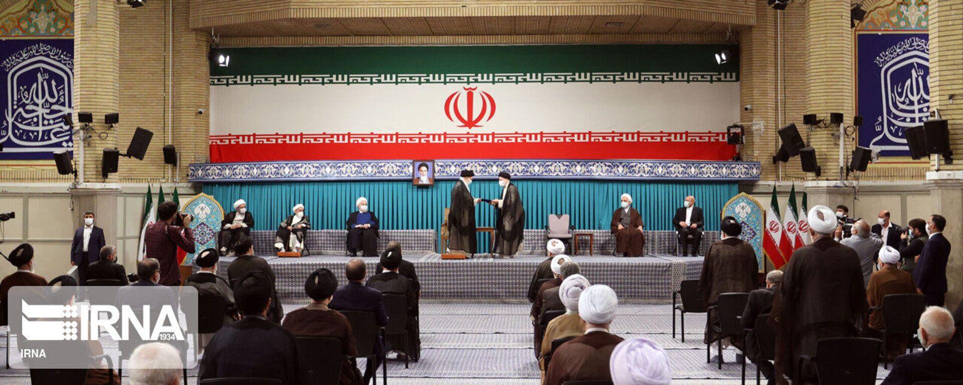 Церемония утверждения в должности нового президента Ирана духовным лидером - Sputnik Таджикистан, 1920, 05.08.2021
