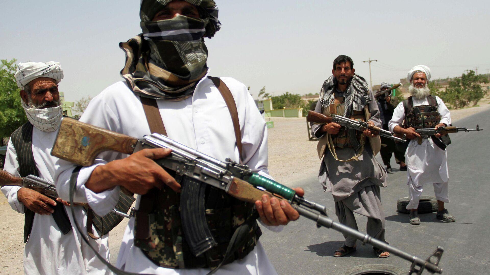 Бывшие моджахеды держат оружие, чтобы поддержать афганские силы в их борьбе против талибов - Sputnik Тоҷикистон, 1920, 09.08.2021