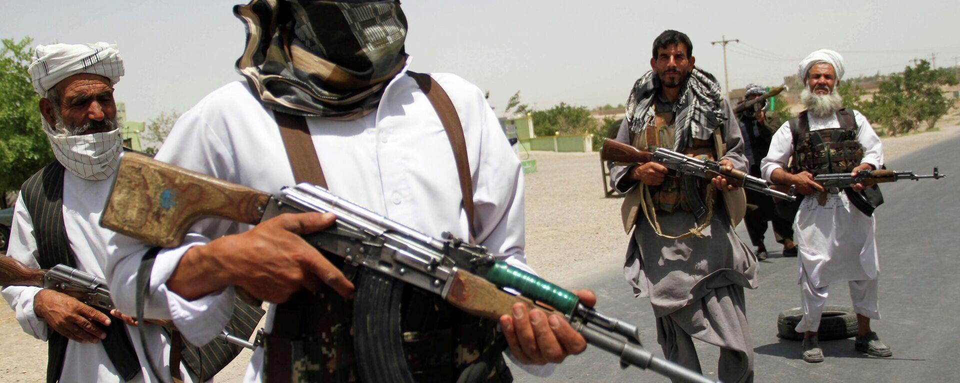 Бывшие моджахеды держат оружие, чтобы поддержать афганские силы в их борьбе против талибов - Sputnik Таджикистан, 1920, 17.08.2021