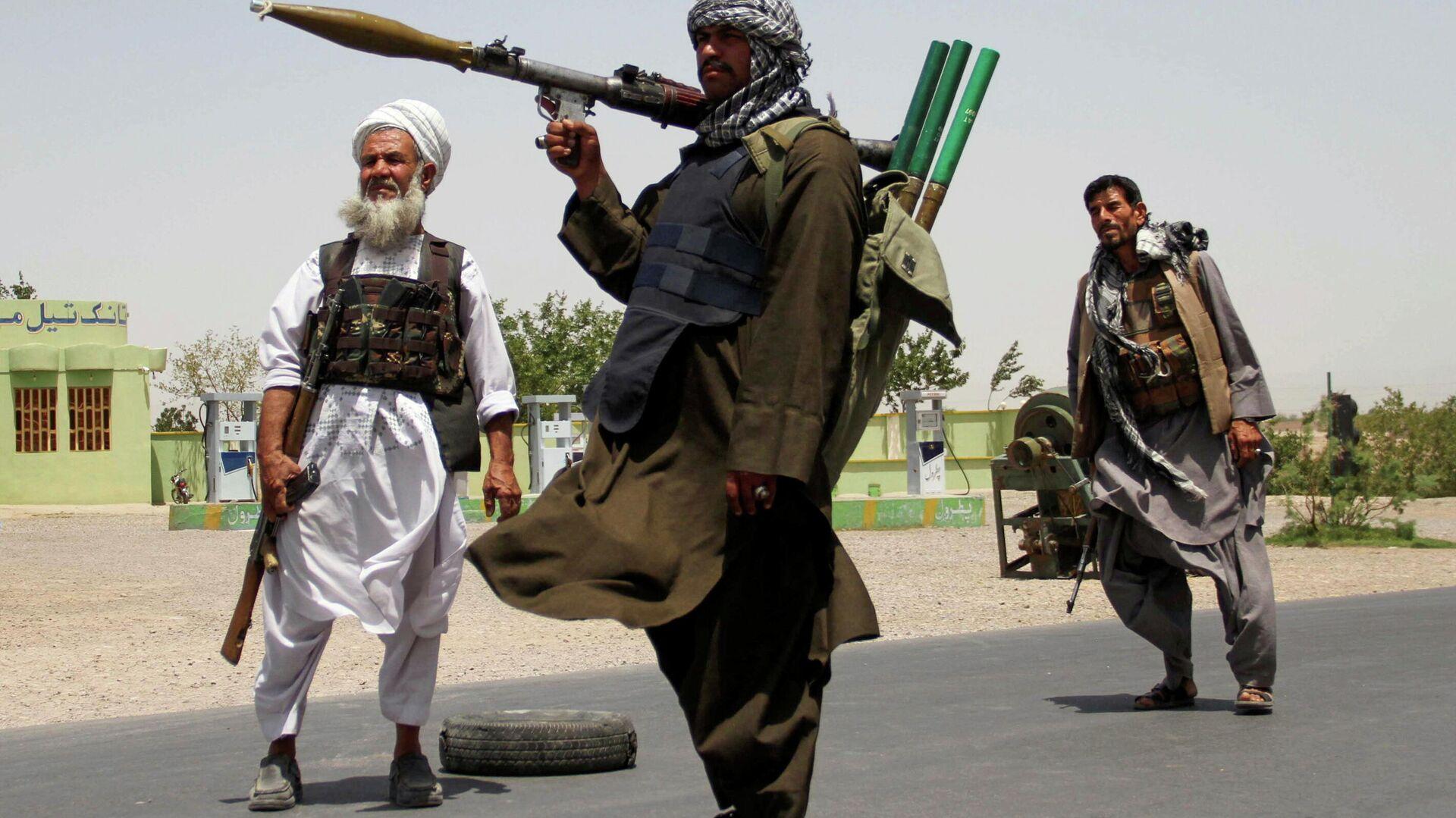 Бывшие моджахеды держат оружие, чтобы поддержать афганские силы в их борьбе против талибов - Sputnik Тоҷикистон, 1920, 28.08.2021