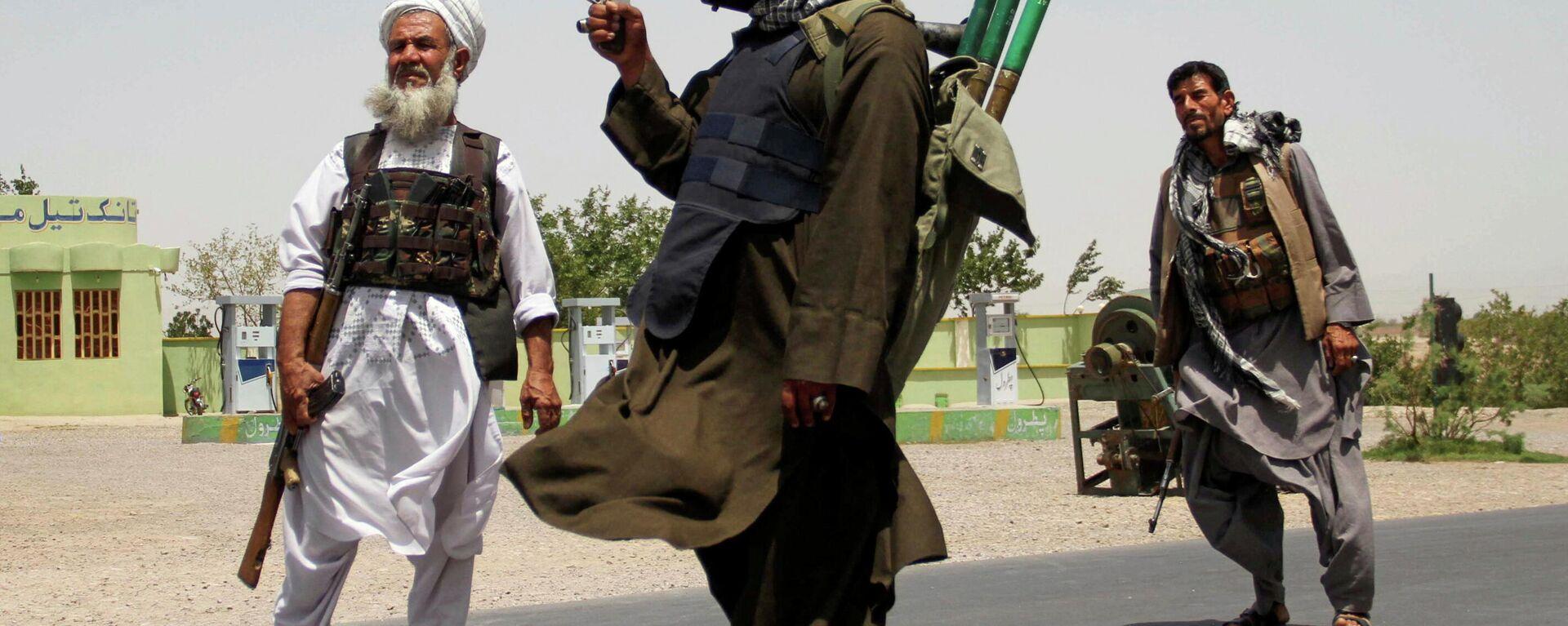 Бывшие моджахеды держат оружие, чтобы поддержать афганские силы в их борьбе против талибов - Sputnik Таджикистан, 1920, 11.08.2021