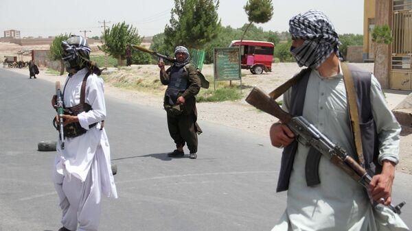 Бывшие моджахеды держат оружие, чтобы поддержать афганские силы в их борьбе против талибов - Sputnik Таджикистан