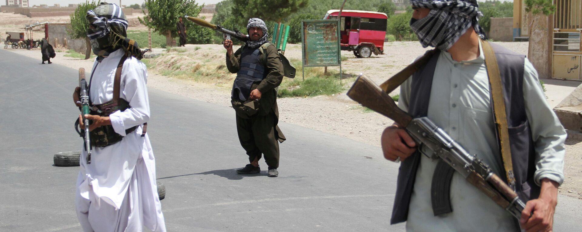 Бывшие моджахеды держат оружие, чтобы поддержать афганские силы в их борьбе против талибов - Sputnik Таджикистан, 1920, 07.08.2021