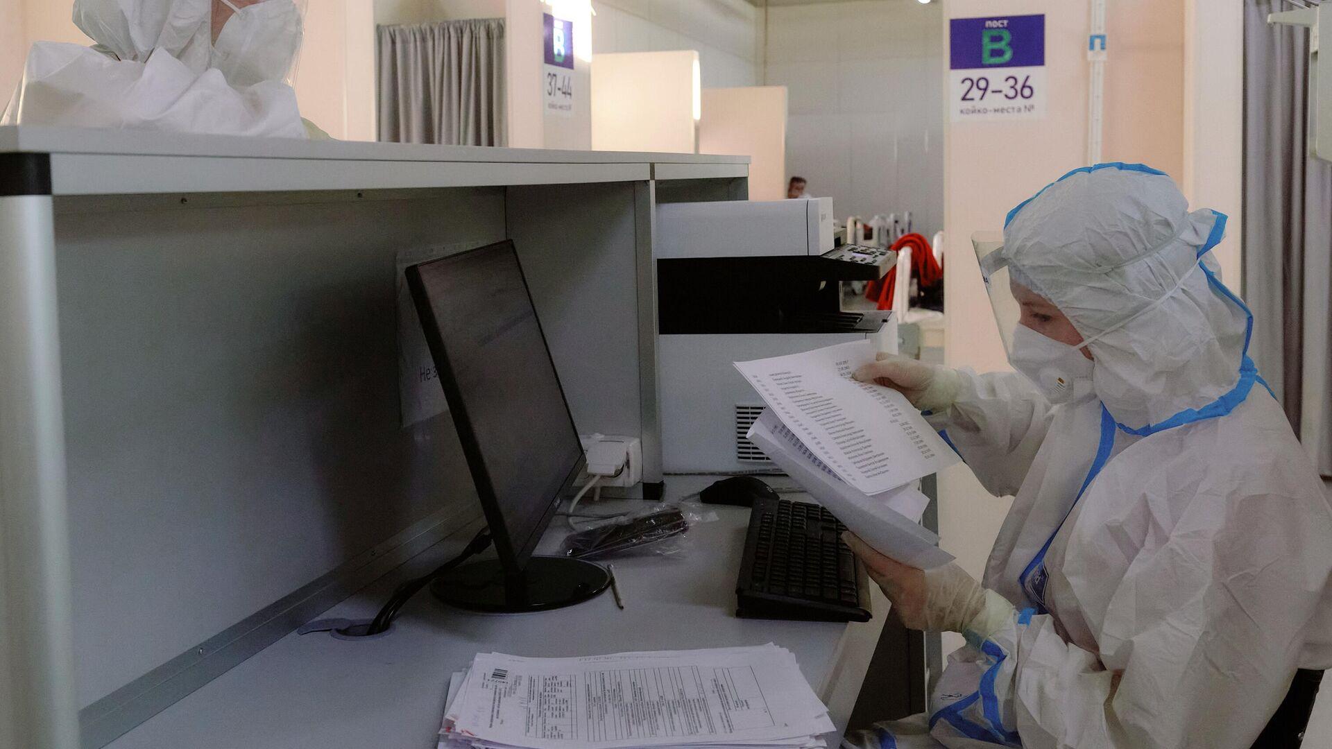 Работа временного госпиталя для больных коронавирусом в Ленэкспо - Sputnik Тоҷикистон, 1920, 08.10.2021