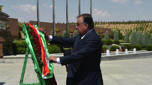 Эмомали Рахмон президент Таджикистана возложил венки в Туркменистане - Sputnik Тоҷикистон