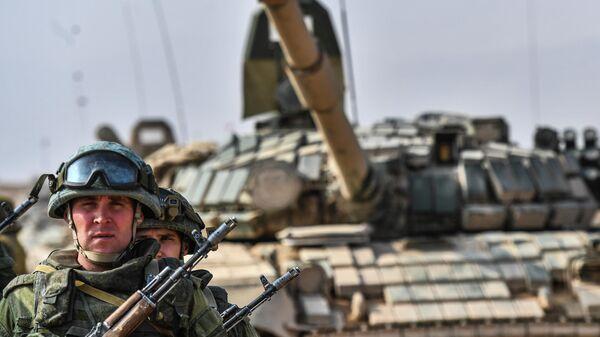 Военнослужащий во время совместных антитеррористических учений - Sputnik Таджикистан