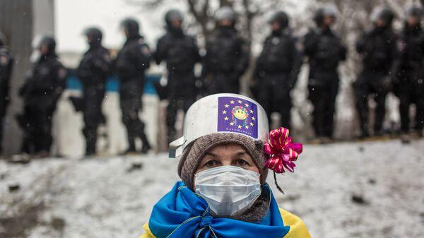 Участница протестных митингов за евроинтеграцию Украины на улице Грушевского в Киеве - Sputnik Тоҷикистон