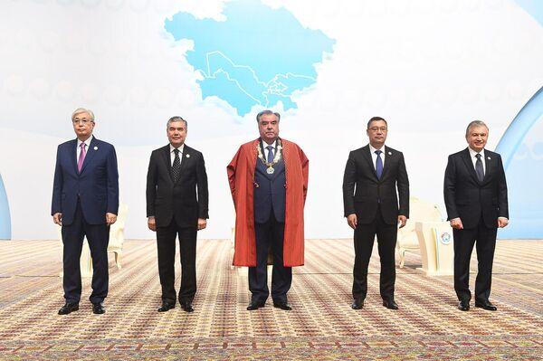 Руководители стран Центральной Азии после церемонии вручения почетной медали Эмомали Рахмону. - Sputnik Таджикистан