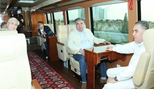 Президенты посетили Каспийское море в районе Аваза в Туркменбаши, а также прокатились на лодке. - Sputnik Таджикистан