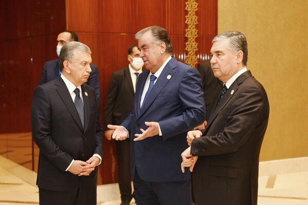 Глава Узбекистана Шавкат Мирзиёев, президент Таджикистана Эмомали Рахмон и лидер Турменистана Гурбангулы Бердымухамедов. - Sputnik Таджикистан