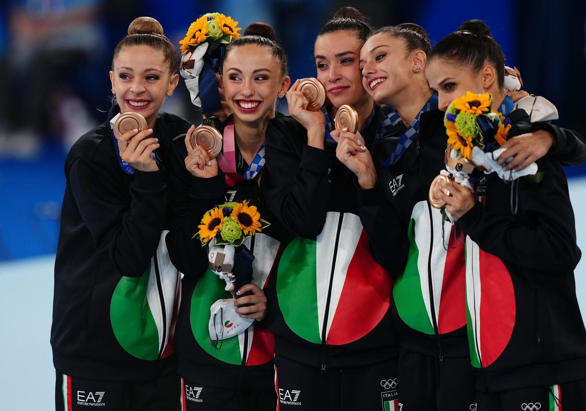 Спортсменки сборной Италии, завоевавшие бронзовые медали в соревнованиях групп по художественной гимнастике - Sputnik Таджикистан, 1920, 09.08.2021