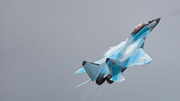Российский многоцелевой сверхманёвренный истребитель с управляемым вектором тяги Су-35  - Sputnik Таджикистан